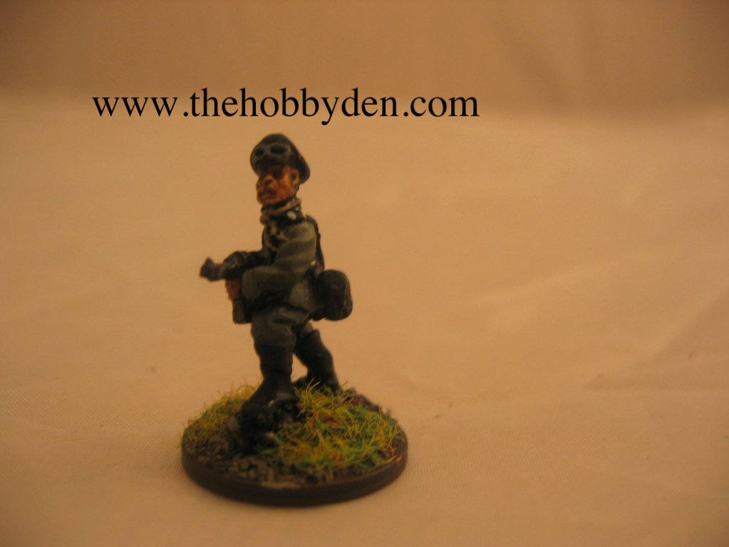 Britannia Miniatures Officer adv with MP40
